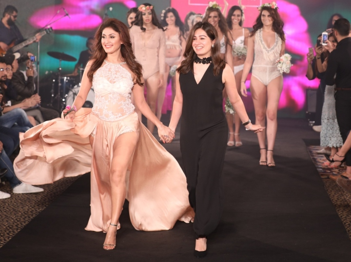 Manjari Fadnis as showstopper for Karishma Jumani at IIFW (5)